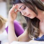 étudiante en plein examen - passer sereinement ses épreuves avec la sophrologie